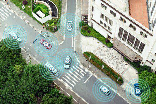 kilka samochodów w autonomicznym trybie jazdy autonomicznej na koncepcji iot metra miejskiej drogi